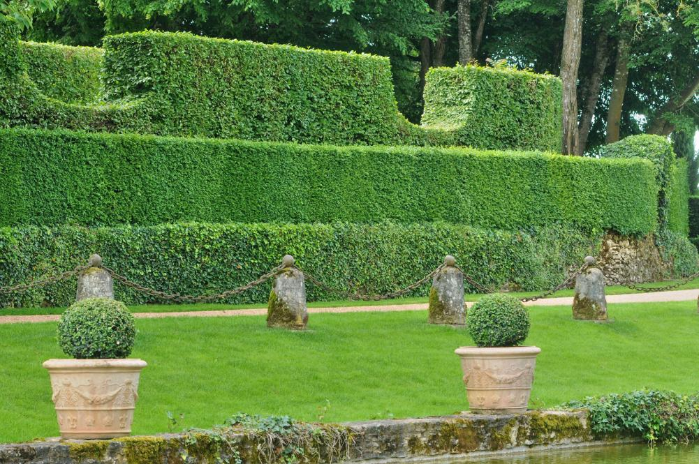 france-picturesque-jardins-du-manoir-d-eyrignac-in-dordogne (10)