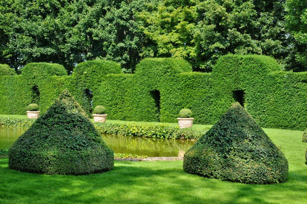 france-picturesque-jardins-du-manoir-d-eyrignac-in-dordogne (2)