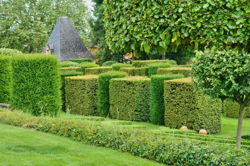 france-picturesque-jardins-du-manoir-d-eyrignac-in-dordogne (4)