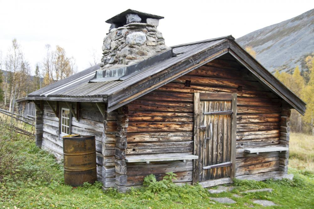 old-traditional-wooden-cabin (1)